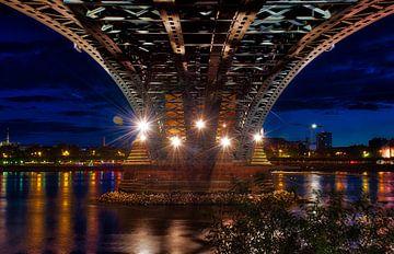 Unter der Theodor-Heuss Brücke in Mainz von C. Nass