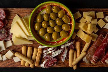 flat lay van tapas met olijven, kaas en spaanse ham van Kim Willems