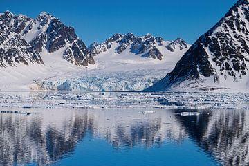 Gletsjer op Spitsbergen met reflectie van Merijn Loch