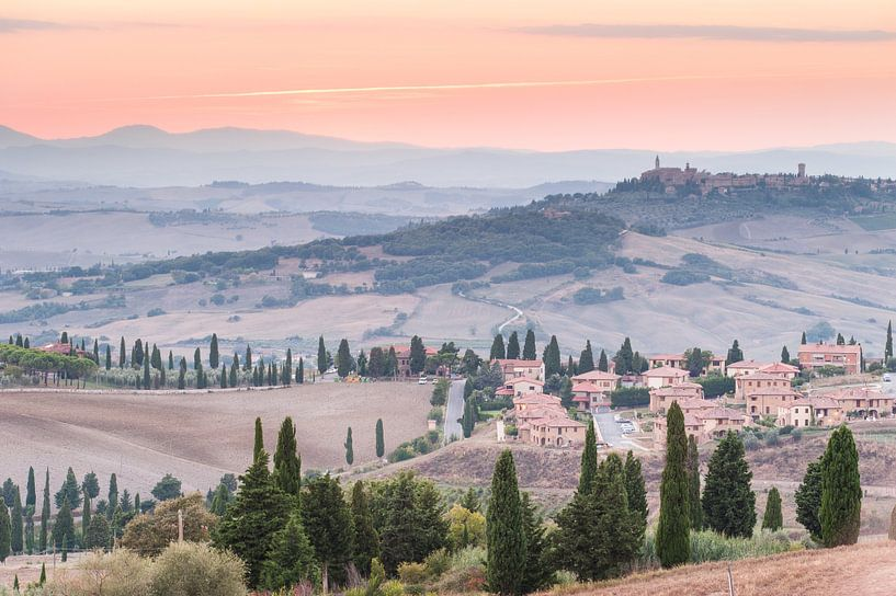 Toscaanse dorpjes bij zonsondergang van Damien Franscoise