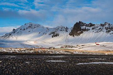 Vikurkirkja gezien vanaf het zwarte strand van Henry Oude Egberink