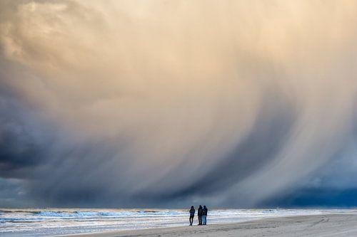dreigende neerslag wolken boven de Noordzee II van eric van der eijk