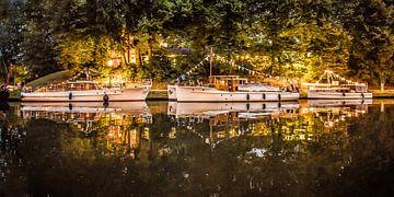 Bakdekkruisers in het licht van lantaarns in de Leeuwarder Prinsentuin sur
