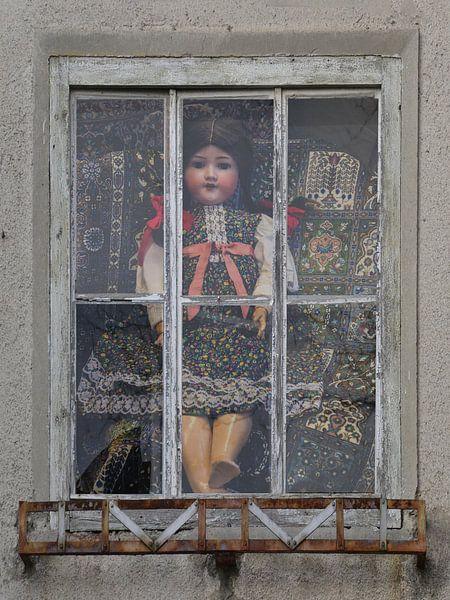 Window View - poppenhuis van Christine Nöhmeier