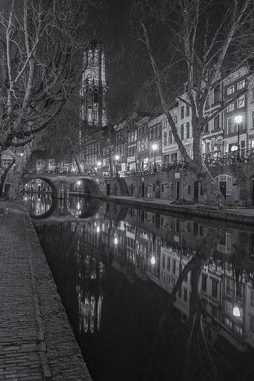 Domtoren, Oudegracht  en Gaardbrug in Utrecht in de avond - zwart-wit