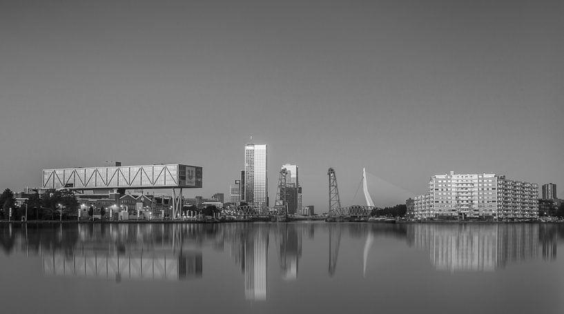 Rotterdam skyline in black&white van Ilya Korzelius