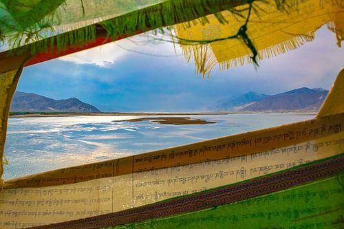 Berglandschap Tibet, gezien door gebedsvlaggen