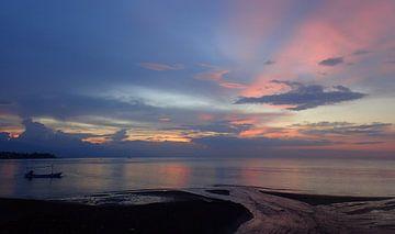 Blauwe en roze kleuren tijdens zonsondergang Bali Lovina von Mireille Zoet