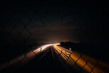 Snelweg door een hek van Derk Visser