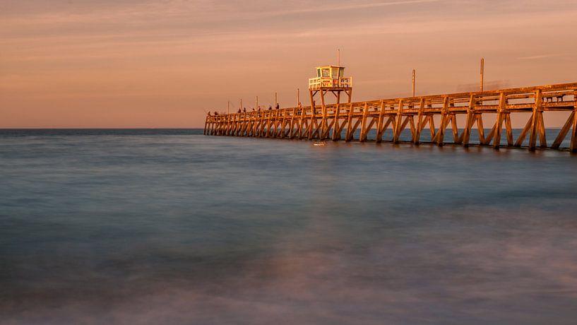 Pier in de zee van Alexander Cox