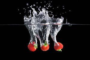 Dynamische foto van een aardbeiensplash van Henny Brouwers