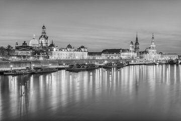 Die Skyline von Dresden in schwarz-weiß von Michael Valjak
