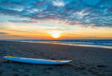 Surfplank en zonsondergang von Richard Steenvoorden