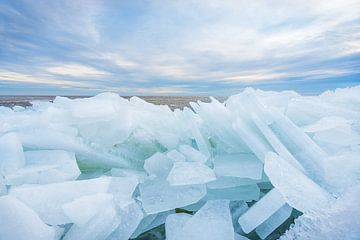 Kruiend ijs bij Stavoren, IJsselmeer van Annie Jakobs