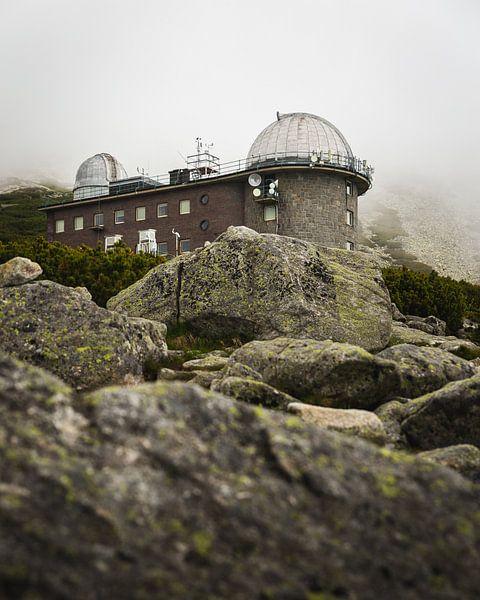 Observatorium in de bergen van Slowakije van OCEANVOLTA