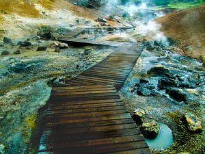 Vlonder wandelpad over borrelende modderpoelen en warmwaterbron in IJsland