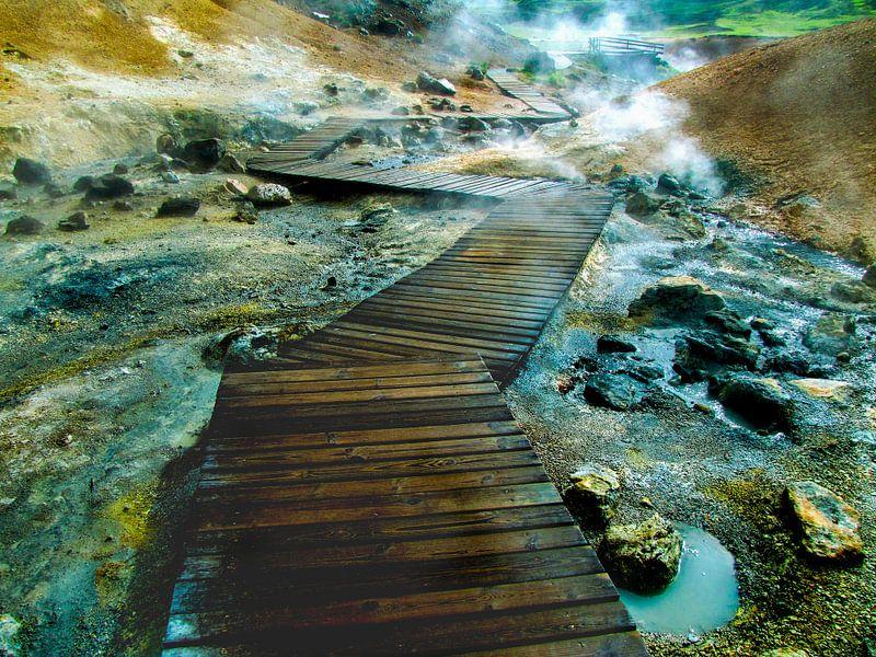 Vlonder wandelpad over borrelende modderpoelen en warmwaterbron in IJsland van Rietje Bulthuis