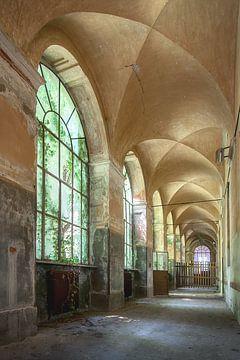 Verlaten galerij in een vervallen ziekenhuis. van Frans Nijland
