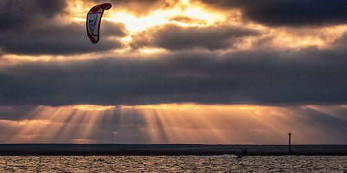 Kitesurfer in de avond