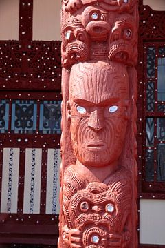 Maori standbeeld in Rotorua, Nieuw Zeeland van Christian Müringer