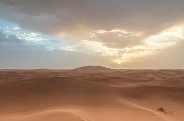 Zandduin Sahara woestijn (Erg Chegaga -Marokko) van Marcel Kerdijk