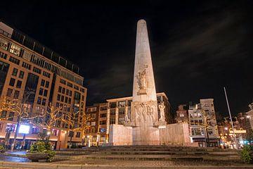 Monument op de Dam in Amsterdam Nederland bij nacht van Nisangha Masselink