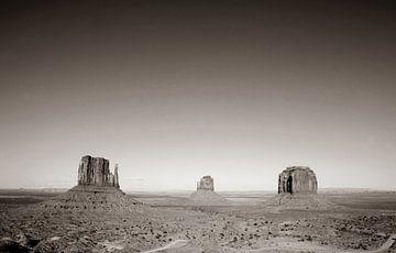 Monument Valley bei Sonnenaufgang in Sepia von Gerrit de Heus