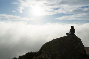 Meditatie boven de wolken von Rob IJsselstein