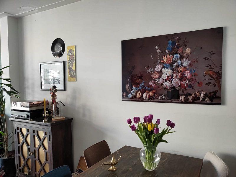 Klantfoto: Stilleven met mand met fruit, een vaas met bloemen en schelpen, Balthasar van der Ast van Meesterlijcke Meesters