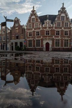 Het oude stadshuis in Hoorn na de regen van Manuuu S