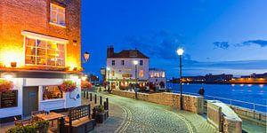 Portsmouth havenpromenade in de avonduren