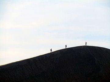 Wandelen op de rand van de Bromo Vulkaan van Daan Duvillier