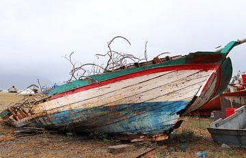 Boot op het strand van Ton Tolboom