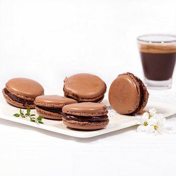 Macarons au chocolat faits maison sur une assiette blanche et une tasse d'expresso sur Ans van Heck
