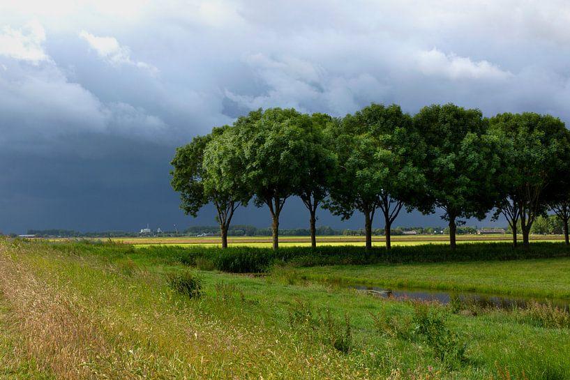 Orage sur l'Eempolder aux Pays-Bas, photo de paysage dans les tons verts et bleus sur Eyesmile Photography