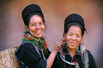 Vietnam. Bei Sapa. Frauen des Black Hmong Bergstammes arbeiten an Ohrringen.