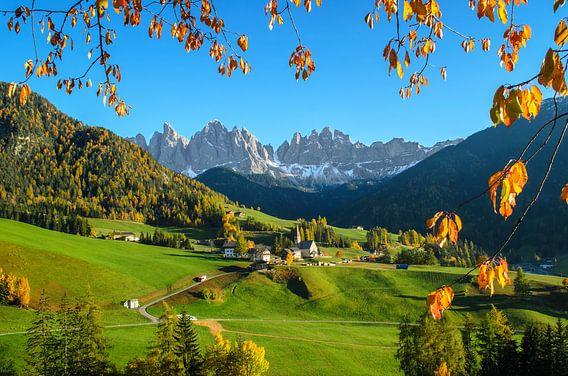 Dorp in de Dolomieten in de herfst