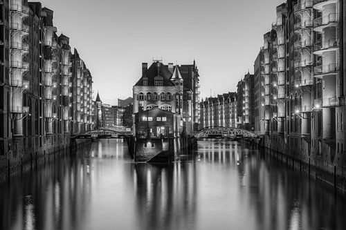 Wasserschloss Hamburg black and white van Michael Valjak