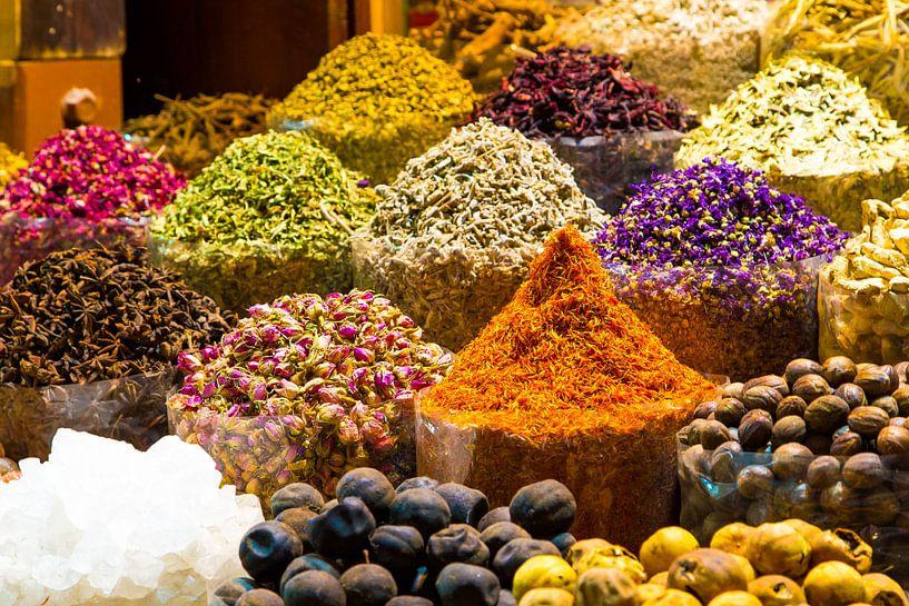 Dubai spice souk, kruidenmarkt Dubai, kleurrijke kruiden van Sjoerd Tullenaar