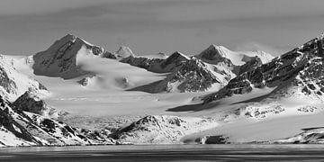 Landschap: Sneeuwlandschap met getijdengletsjer op Spitsbergen van Koolspix