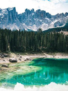 Blauer See Lago di Carezza (Karersee) mit Pinien und den Gipfeln der Dolomiten von Michiel Dros