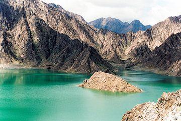 De bergen in Dubai van Anouschka Rokebrand