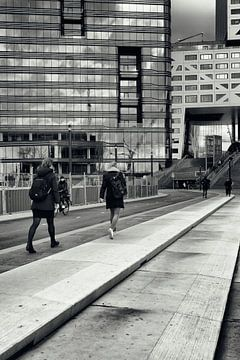 Straatfotografie in Utrecht. Op weg naar de trein in zwart-wit. (Utrecht2019@40mm nr 71) van