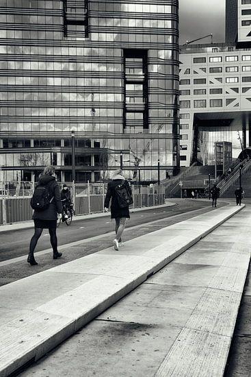 Straatfotografie in Utrecht. Op weg naar de trein in zwart-wit. (Utrecht2019@40mm nr 71)