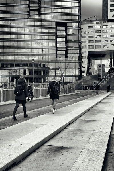 Straatfotografie in Utrecht. Op weg naar de trein in zwart-wit. (Utrecht2019@40mm nr 71) van De Utrechtse Grachten