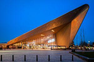 Rotterdam Centraal Station in het blauwe uur (frontaal) van