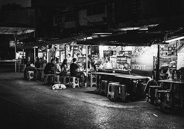 Straßenessen in Bangkok in schwarz-weiß von Bart van Lier
