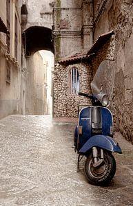 Blauwe Vespa scooter van