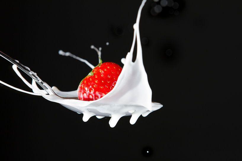 Aardbei in melk I van Van Renselaar Fotografie