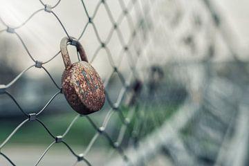 Hangslot aan draad hekken over brug van Mike Maes